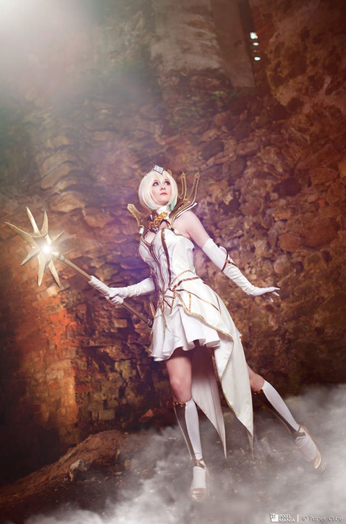 Elementalist Lux from League of Legends Cosplay